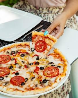 Pizza margherita con aceitunas