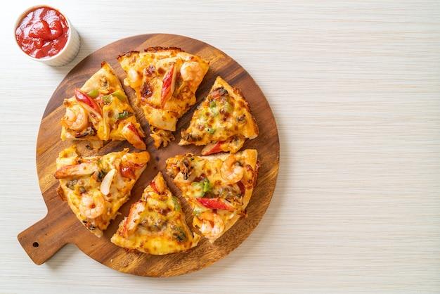 Pizza de mariscos en bandeja de madera