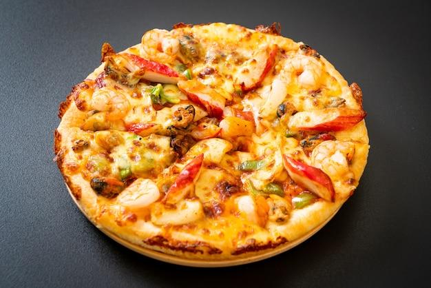 Pizza de mariscos (camarones, pulpo, mejillones y cangrejo) en bandeja de madera