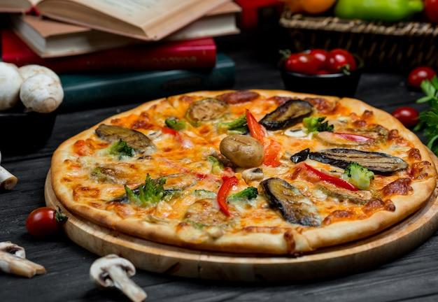 Pizza de mariscos con salsa de tomate y variedad de mariscos.