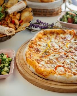 Pizza de masa gruesa con champiñones