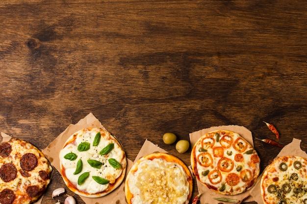Pizza en mesa de madera con espacio de copia