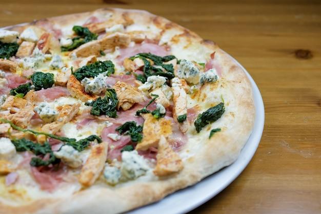 Pizza en una mesa de restaurante