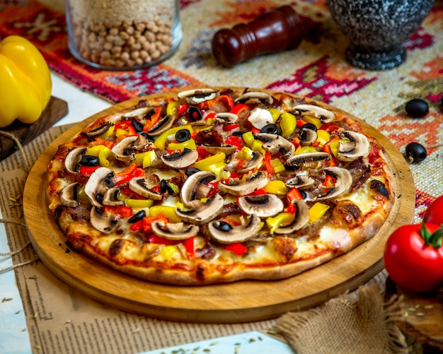 Pizza mixta con champiñones y aceitunas extra