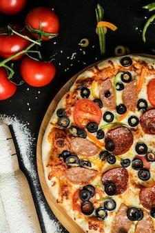 Pizza mixta con extra de aceitunas y pepperoni