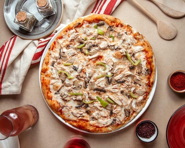 Pizza mixta pollo champiñones pimientos queso vista superior