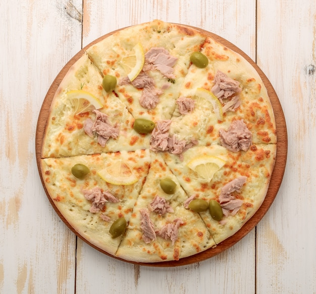 Pizza con mozzarella, atún, cebolla y aceitunas