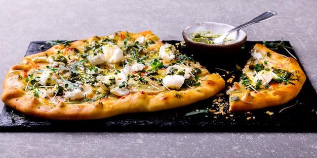 Pizza mozzarella de champiñones con salsa de pesto