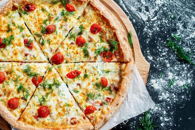 Pizza con mozzarella, queso, jamón, tomate, salami, pimiento, pepperoni, especias y albahaca fresca