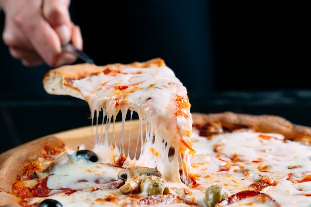 Pizza con mucho queso derretido.