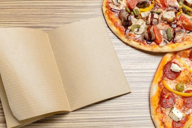 Pizza con papel en blanco con espacio de copia