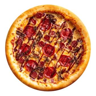 Pizza de pepperoni aislado con salsa barbacoa en el fondo blanco.