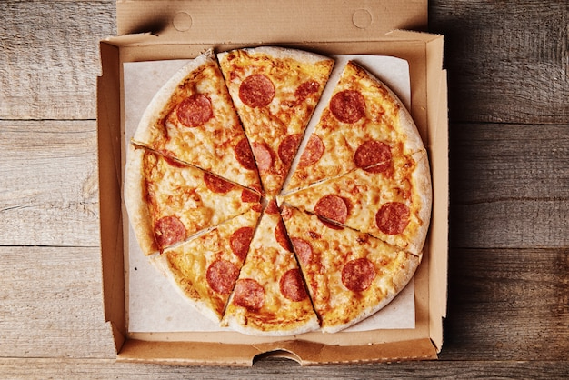 Pizza de pepperoni en caja de cartón