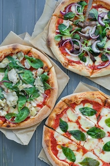 Pizza de pepperoni casera caliente lista para comer.