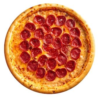 Pizza de pepperoni recién horneado aislado sobre el fondo blanco.
