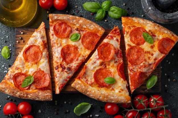 Pizza de pepperoni sabrosa e ingredientes de cocina.