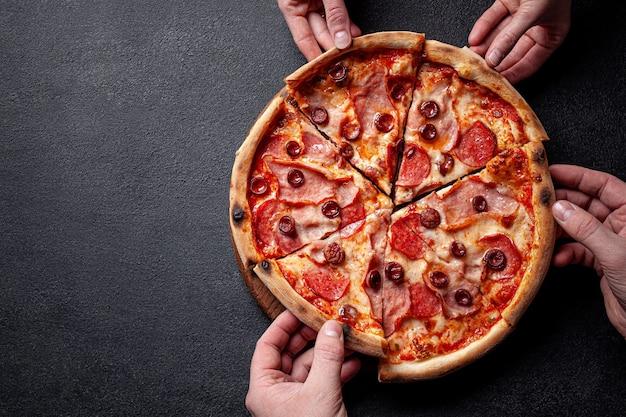 Pizza de pepperoni con salchicha de salami y pimiento rojo picante