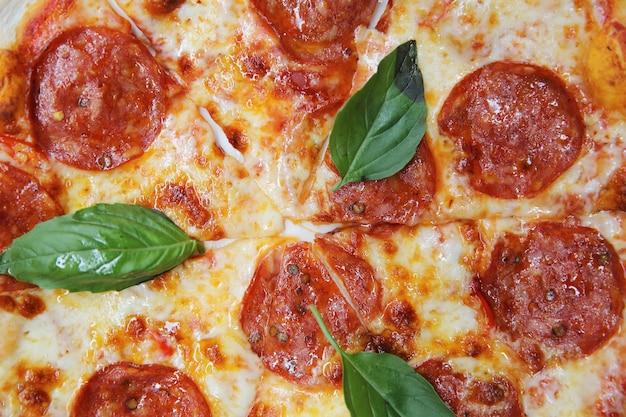 Pizza de pepperoni sobre madera