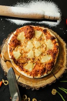 Pizza de piña, pollo, cebolla, queso, masa, vista superior