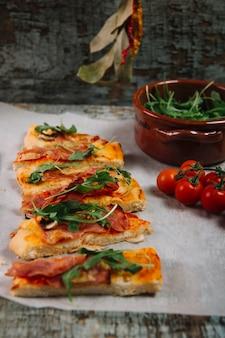Pizza de primer plano, cerca, tomates