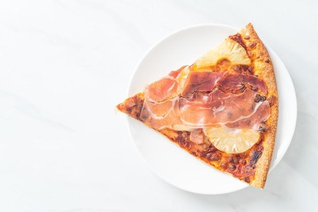 Pizza con prosciutto o pizza de jamón de parma - estilo de comida italiana