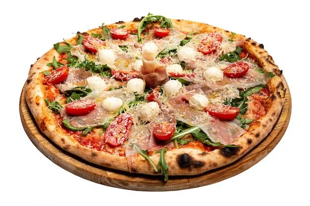 Pizza con queso, carne y tomates en blanco
