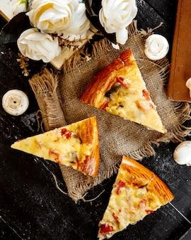Pizza en rodajas con champiñones y queso