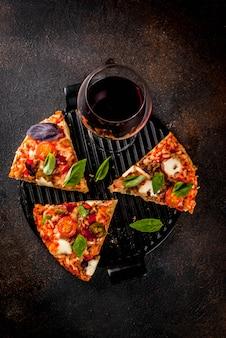 Pizza en rodajas y vino tinto