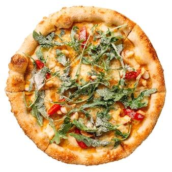 Pizza de rúcula y tomate aislado sobre el fondo blanco.