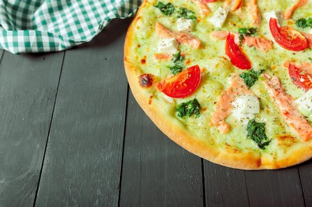 Pizza sabrosa fresca en madera