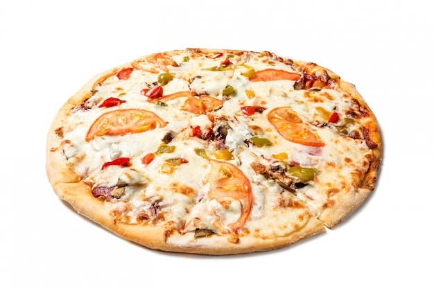 Pizza sabrosa fresca con tomates, aceitunas, queso, salchichas y champiñones aislados en blanco.