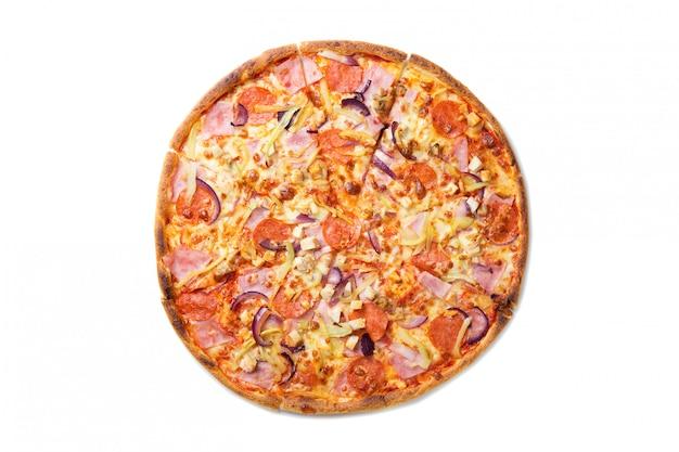 Pizza sabrosa fresca con tomates, pepperoni, queso, salchichas y champiñones aislados en blanco.