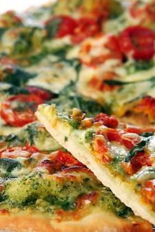Pizza de salami sabrosa y fresca