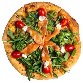 Pizza de salmón y rúcula aislado sobre el fondo blanco.