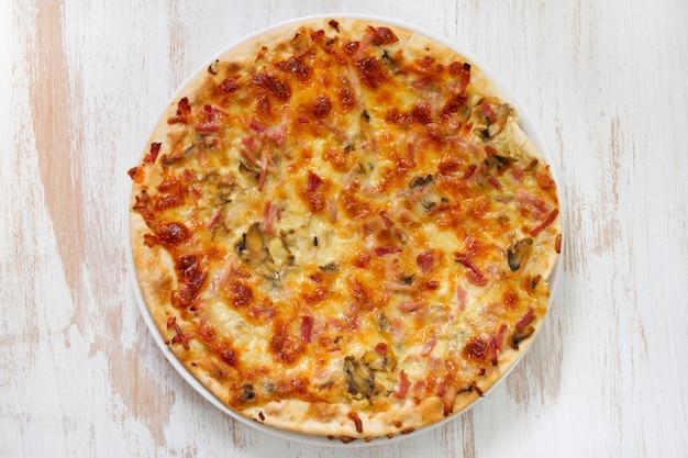 Pizza sobre fondo blanco