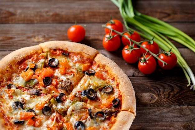 Pizza con tomate champiñón y aceitunas