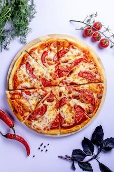 Pizza de tomates, hierbas y pimiento rojo