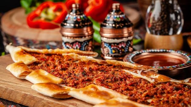 Pizza turca pita con carne.