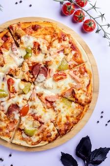 Pizza con verduras y tomates.