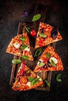 Pizza y vino tinto sobre fondo oscuro