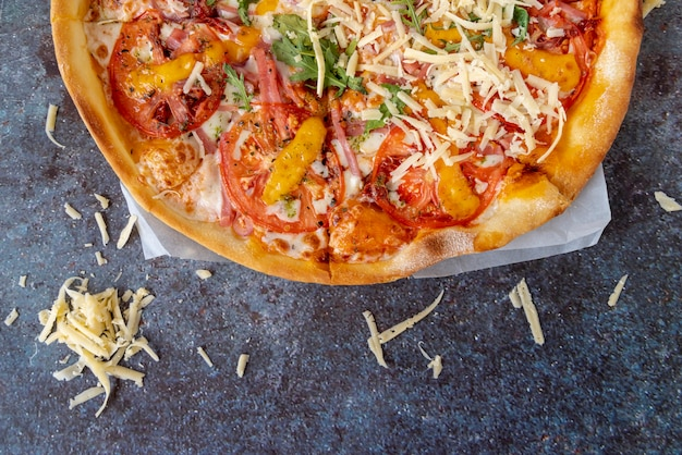 Pizza de vista superior con fondo sucio