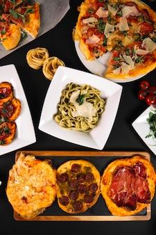 Pizzas alrededor de pasta
