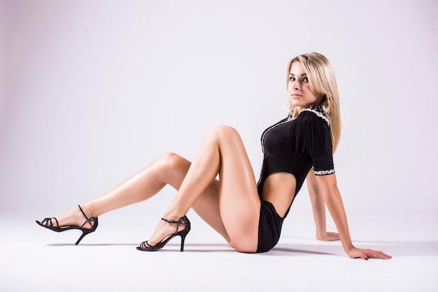 Pj-dance, hermosa joven bailarina posando en un estudio aislado sobre fondo blanco.