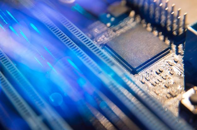 Placa base con cables de fibra óptica