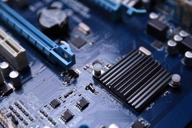 Placa base de la computadora y componentes electrónicos cpu gpu memoria y diferentes enchufes para tarjeta de video de cerca