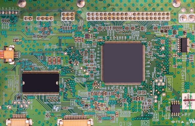 Placa base de computadora moderna y procesador.