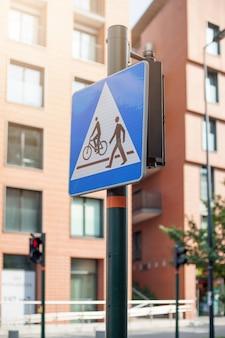 Placa de calle peatonal y cruce ciclista.