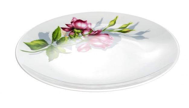 Placa de cerámica blanca aislada sobre fondo blanco.