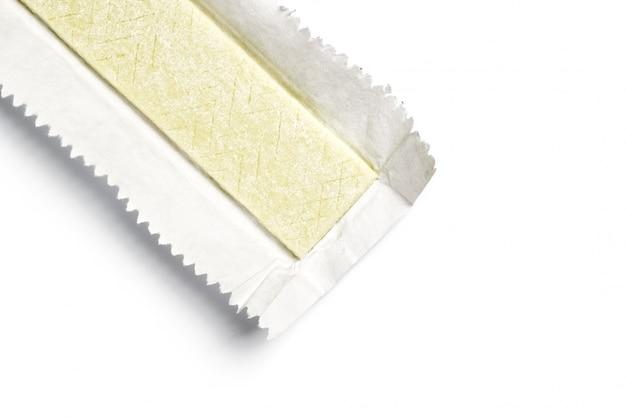 Placa de chicle envuelta en papel de aluminio aislado