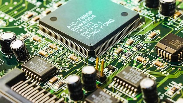 Placa de circuito electrónico cerca de dispositivos electrónicos en placas